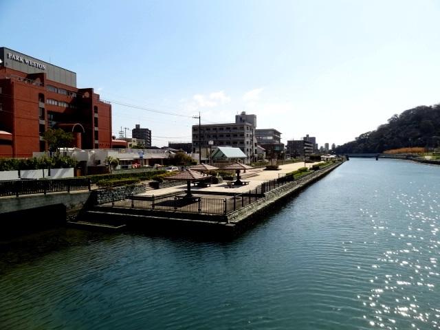 西の丸橋より河岸緑地を眺む