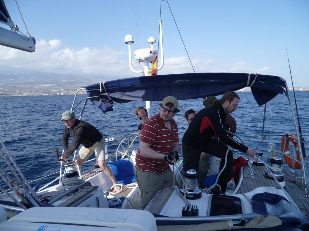Die Crew hat das Schiff übernommen und wendet was das Zeug hält