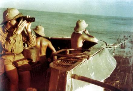 Una rara immagine a colori dell'U-177 sulla torre conica del sommergibile.