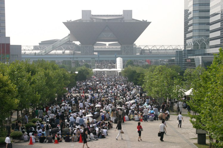 file d'attente lors du salon du Comiket. Source: https://japan-vrac.fr/hta-comiket/