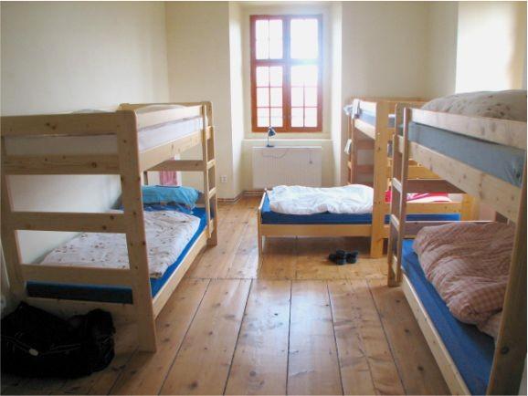 Blicke in den Schlafraum des 7er Appartements mit Küche und Wohnzimmer