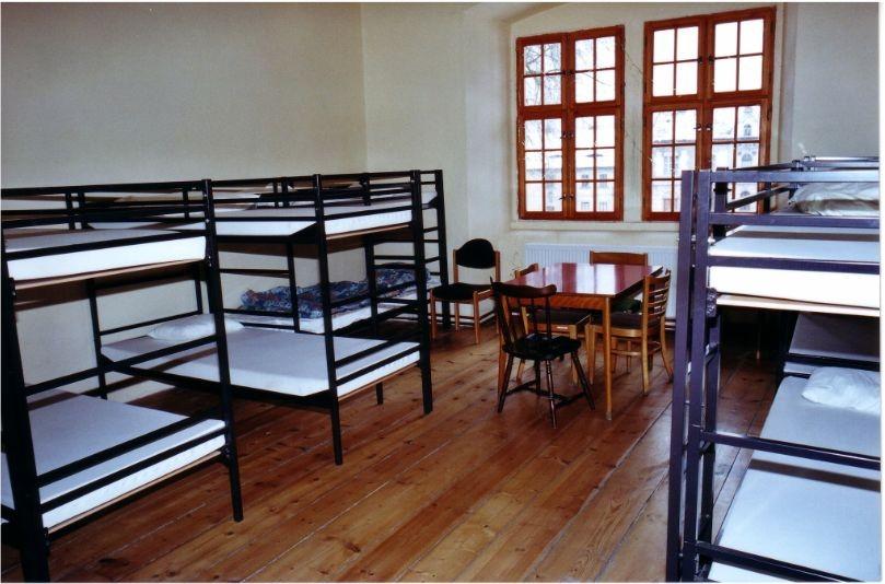 Das ist unser größter Schlafraum. Er bietet 12 Personen Platz. Waschbecken sind auf den Zimmern.
