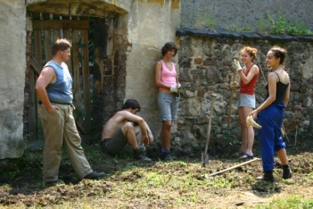 Aber es wurde natürlich nicht nur gefeiert. Einige Freiwillige vom IBO halfen uns, den Friedhof zu säubern. Neben der Arbeit lernten sie aber auch noch so einiges von ihrem Gastland kennen