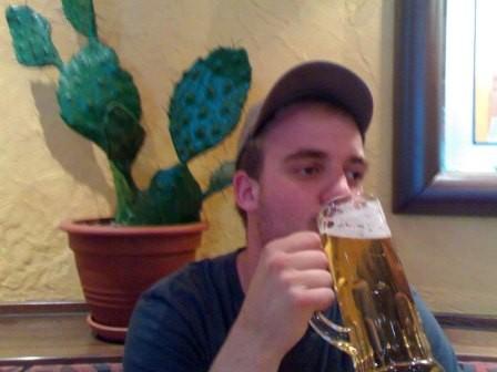 Maurice versucht sich am Bier. Na dann: Na zdravi!