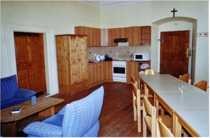 Zu den beiden Schlafräumen gehört eine voll ausgestattete Küche. An die Küche grenzt noch ein Betreuerzimmer, das zwei Betreuern in einem Hochbett Platz bietet. Das Betreuerzimmer verfügt über eine separate Dusche und ein WC.
