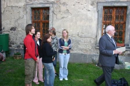 Hier sind feierwütige Schüler vom bischöflichen Gymnasium zu sehen, die gekommen waren, um mein 10 jähriges Priesterjubiläum mitzufeiern.