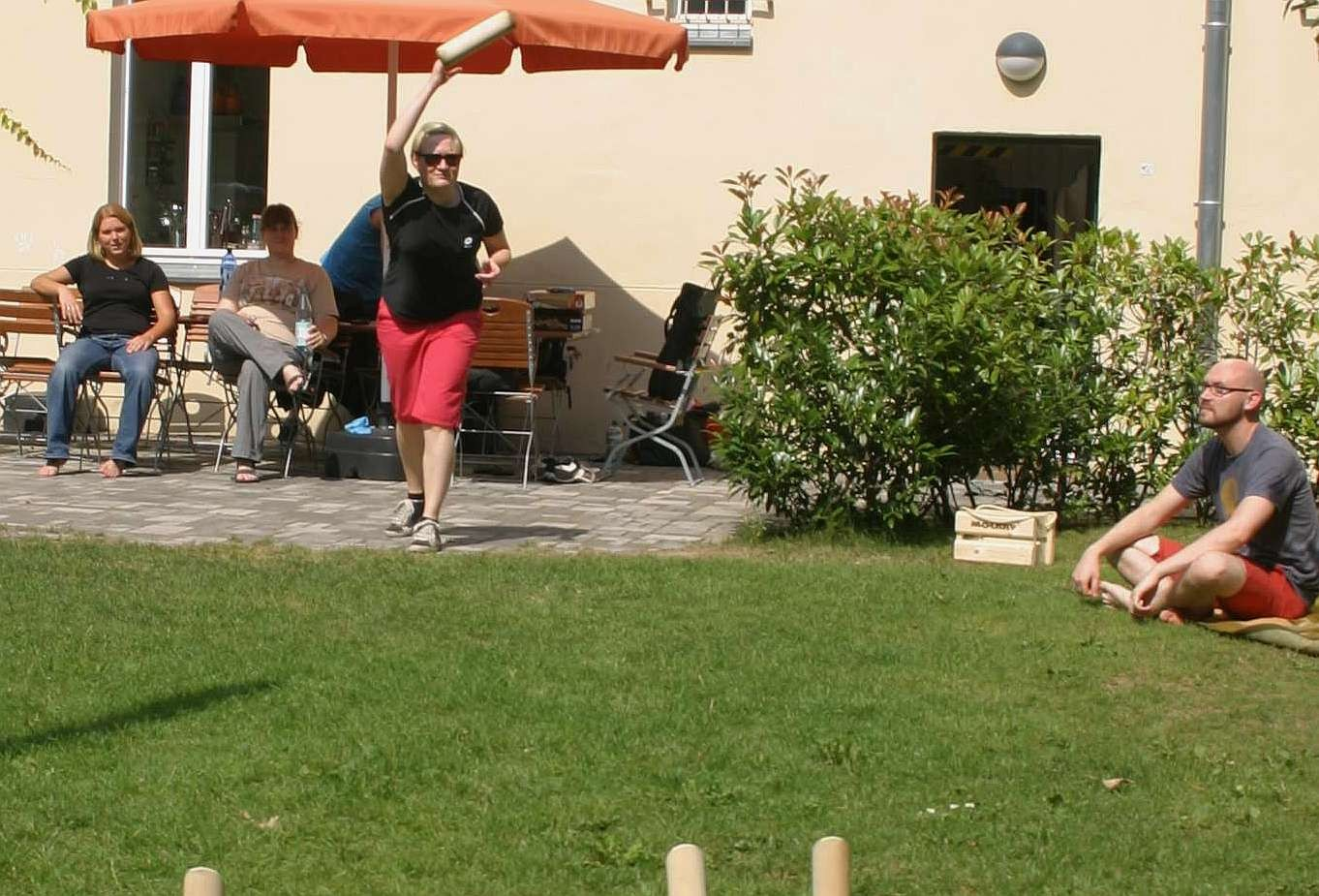 Wikinger-Kegeln (Mölkky) im Garten