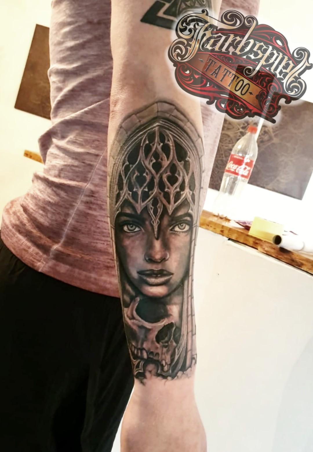 Kirchenfenster Girl Tattoo
