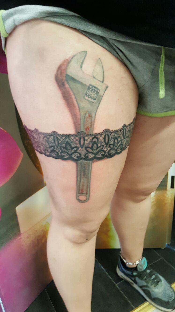 Schraubenschlüssel Strumpfband Tattoo