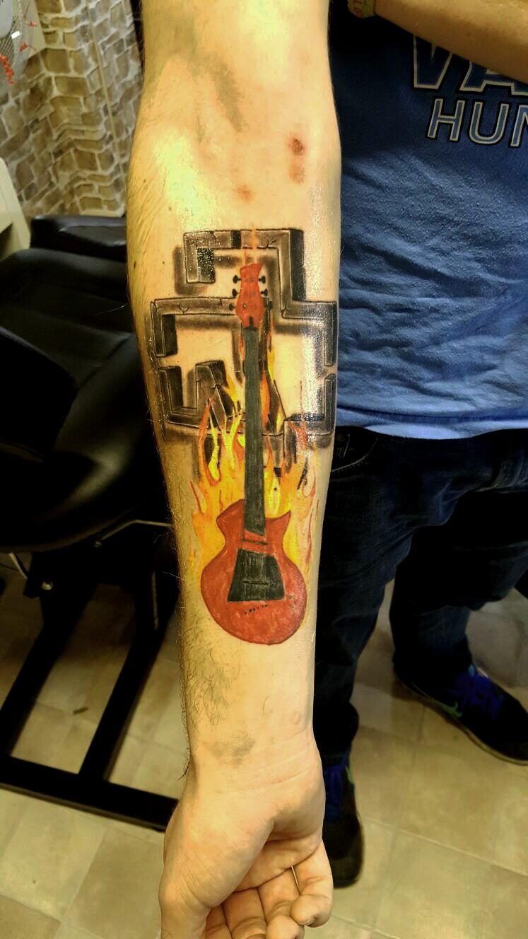 Rammsteinlogo Gitarren Tattoo
