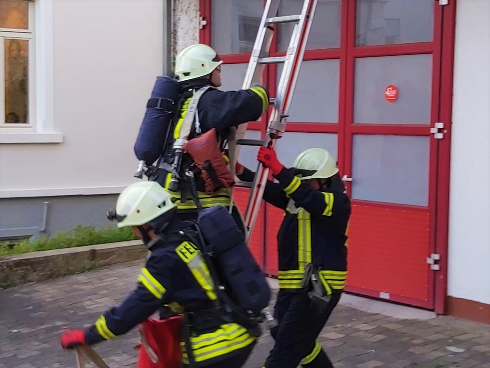 Wichtig: beim besteigen sichert immer ein Kollege gegen das Wegrutschen der Leiter!