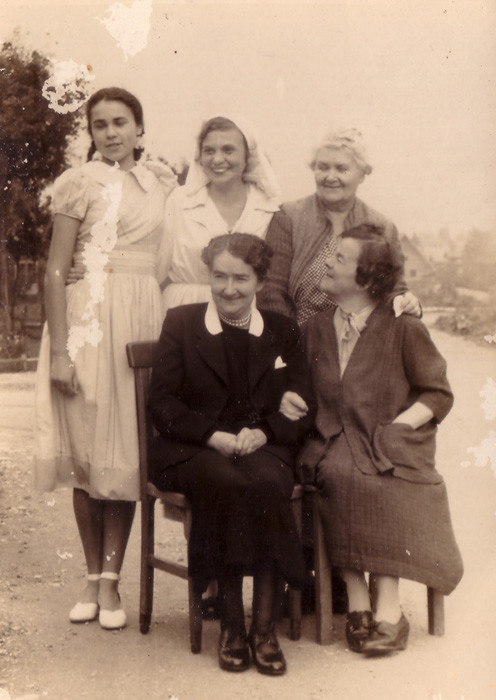 """Подписи по фотографией: """"Вспоминаю, никогда не забуду. Бабушка. 19/XI.49. Ира."""" (см. след. слайд)"""