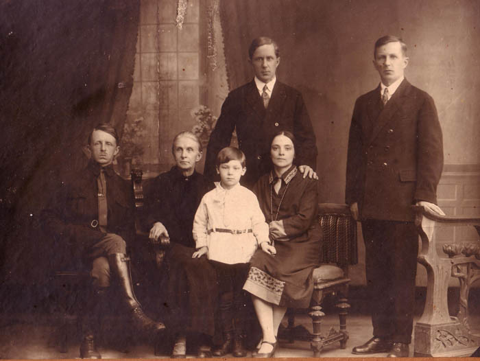 A group photo of the Kogevin brothers. Leningrad, 1933. The bottom row, left to right: Eugene, Vera, Nikolai (Jr.), Maria; Upper row, left to right: Nikolai (Sr.), Dmitry