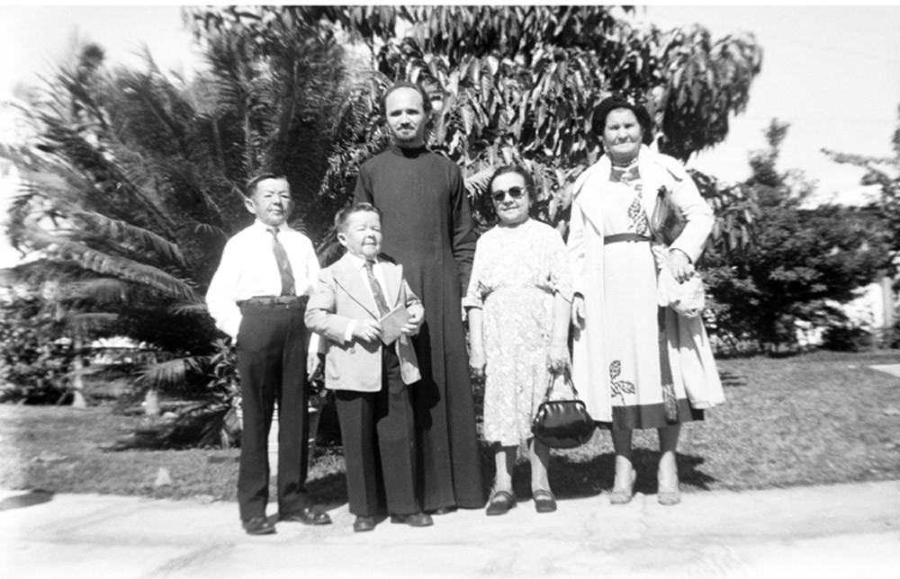 Слева направо: Василий Филин, Иван Великанов, о. Павел Шамильский, Мария Филина, неизвестная женщина