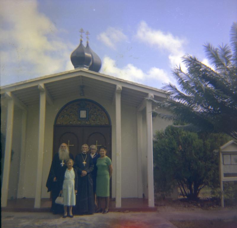 Слева направо: о. Анастасий, Мария Филина, о. Евгений Селецкий, две неизвестные женщины