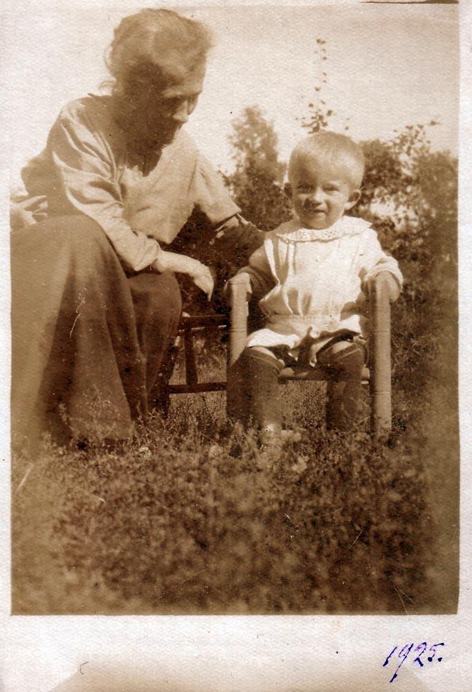 Мирик с пожилой женщиной (возможно, бабушка). Киев, 1925 г.