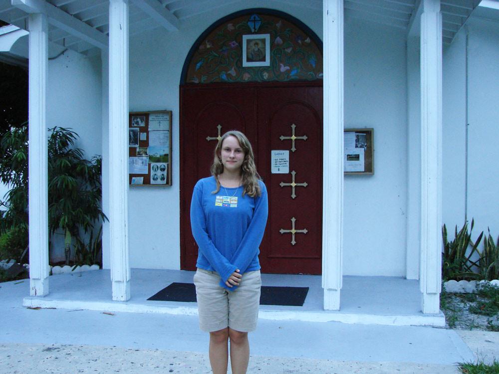 Дочка матушки Софии и о. Даниила Таня Маккензи у здания церкви Св. Владимира в Майами. Сентябрь 2010 г.