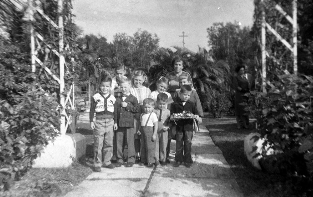 Раиса Кожевина с детьми у церкви Св. Владимира. Майами, 1958 г.