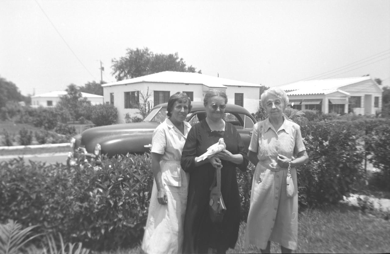 Раиса Кожевина с двумя подругами. 1953 г.