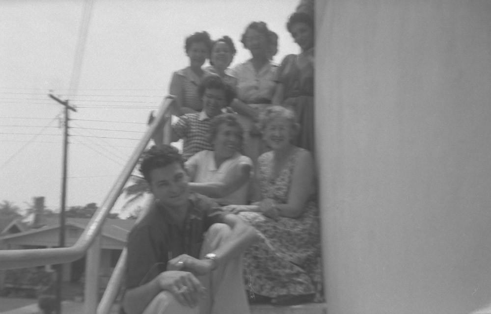 Раиса Кожевина с соседями или коллегами.