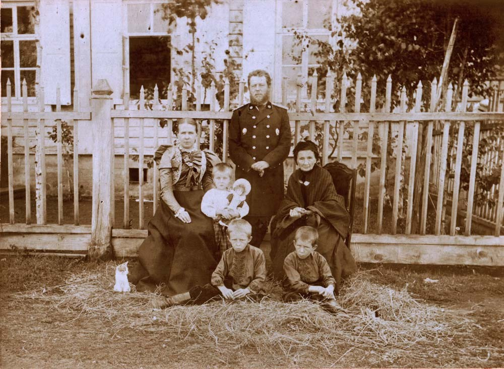 The Kogevin family outside their house. Left to right: Vera Kogevin, Zinaida, Vladimir Kogevin, his father Elizaveta; Eugen and Constantin (sitting). August 1898