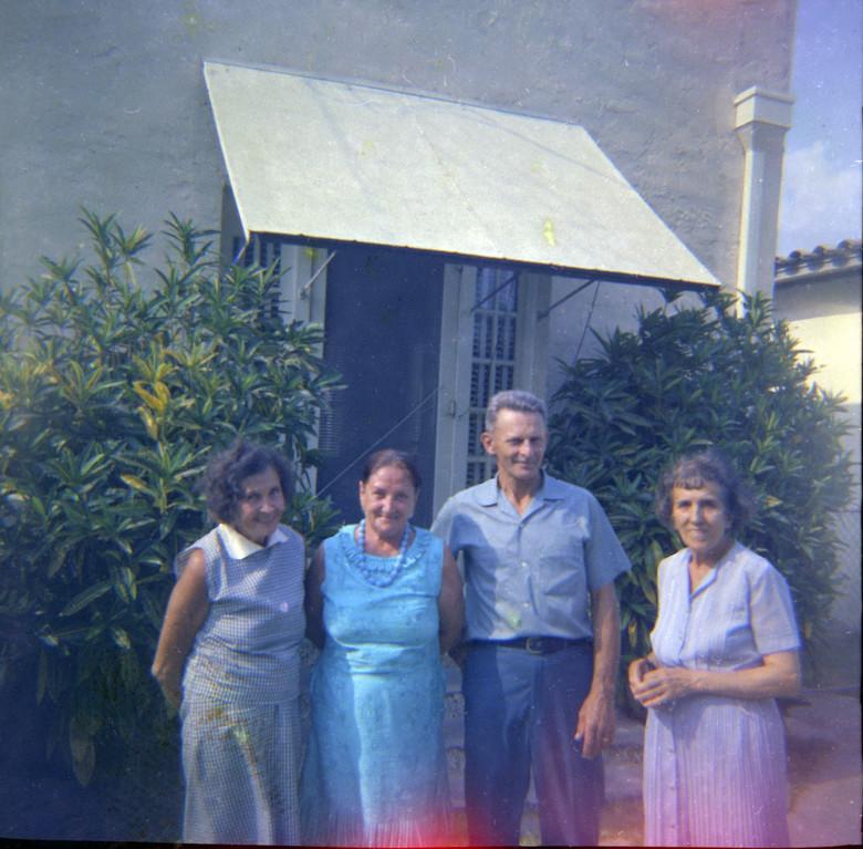 Слева направо: неизвестная женщина, Лидия Дельден, Алексей Владимирович Дельден, Раиса Кожевина