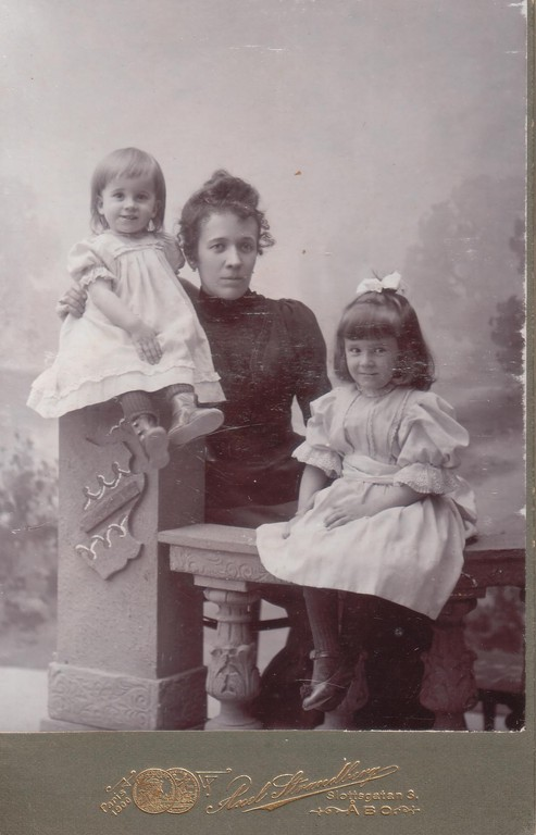 Maria Yakovlevna Breshko-Breshkovskaya with her daughters Raissa (left) and Nina (right). Turku, Finland