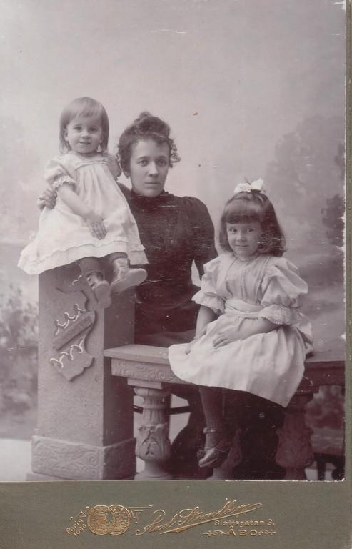 Maria Yakovlevna Breshko-Breshkovskaya with her daughters Raissa (left) and Nina (right). Turku, Finland