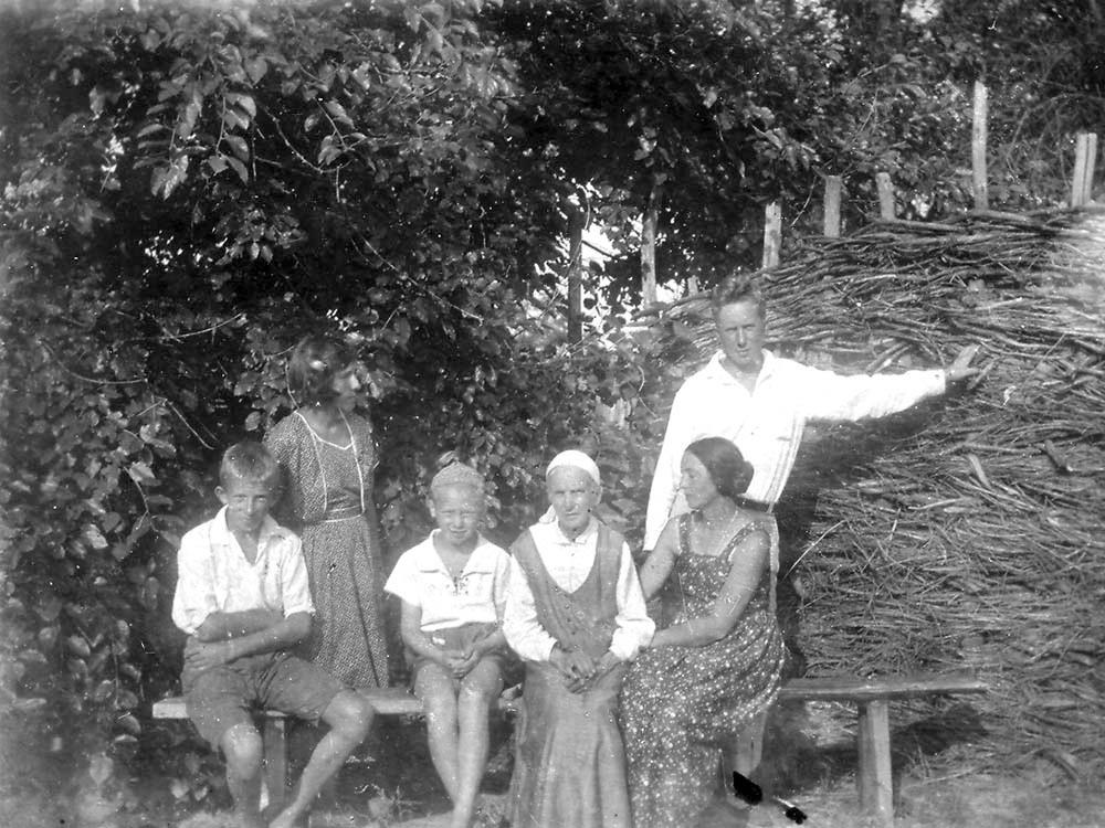 Слева направо: Мирик, Раиса, Николай (Николаевич) Кожевин, Вера Ильинична Кожевина, Николай Владимирович Кожевин. Киев, 1935