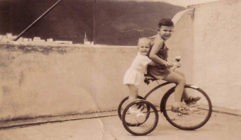 "Дети из семьи Хитрово-Балицких. Подпись на обороте: ""Дорогим бабушке и дедушке от двух велосипедистов. 3.VIII.49. Каракас""."