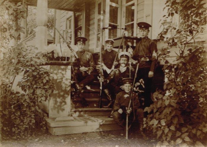Братья Кожевины собираются на охоту. Слева направо: Константин, Николай, егерь, Евгений, Дмитрий (сидит в первом ряду).