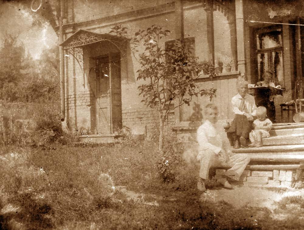 Семья Кожевиных на крыльце. Киев, 1925 г.