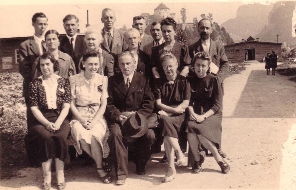 Группа ди-пи в лагере для перемещенных лиц в Куфштайне. 3-я справа - Глафира Балицкая, 3-й справа в последнем ряду – Сергей Балицкий