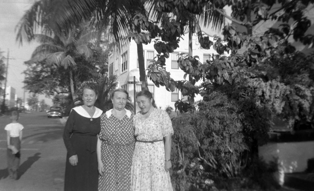 Группа неизвестных русских эмигранток. Майами.