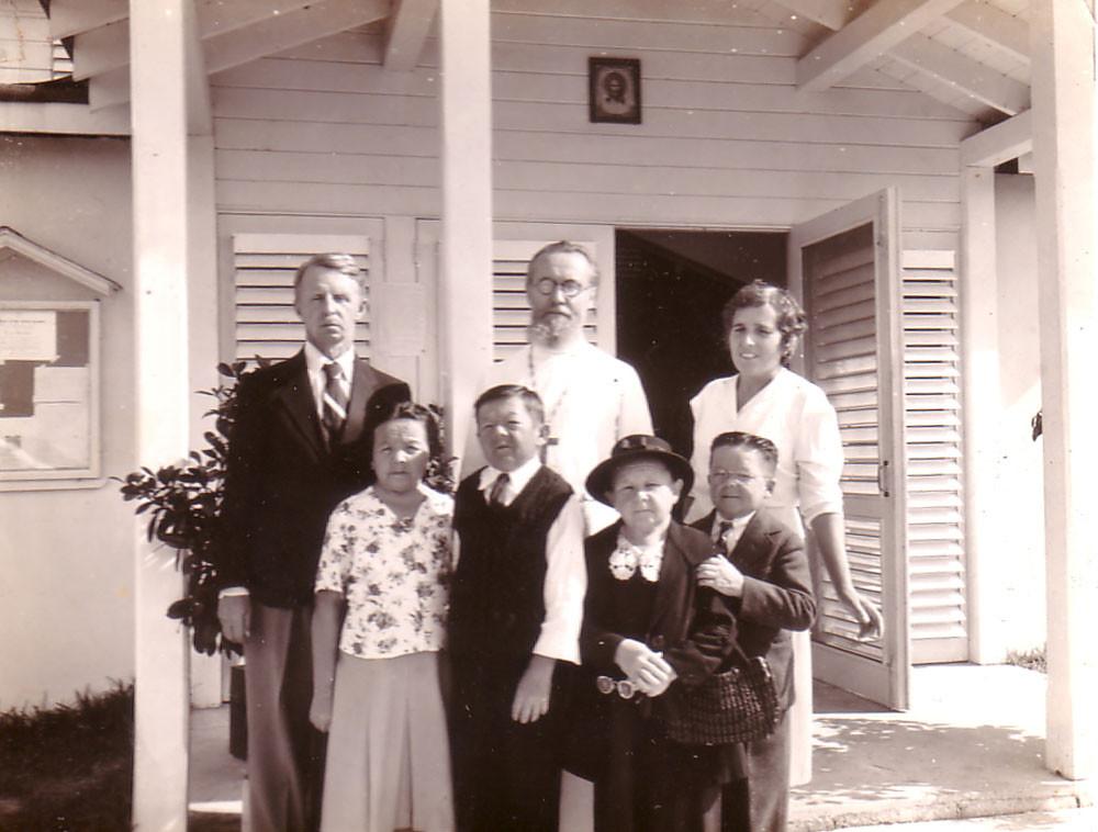 Во втором ряду слева направо: Евгений Кожевин, о. Евгений Селецкий, Раиса Кожевина, в первом ряду Мария Филина, Василий Филин, Пелагея и Иван Великановы. 1952-1953 г.г.