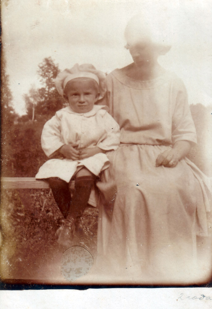 Mirik with his mom. Kiev, 1925