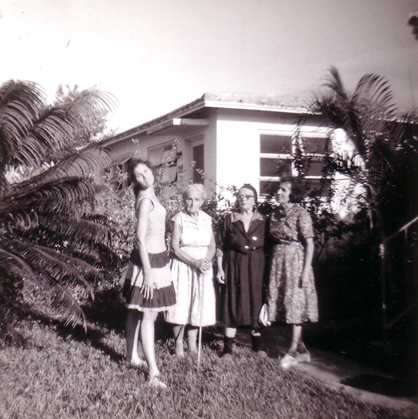 Справа налево: Раиса Кожевина, Александра Абрамовна Иващенко, неизвестные люди