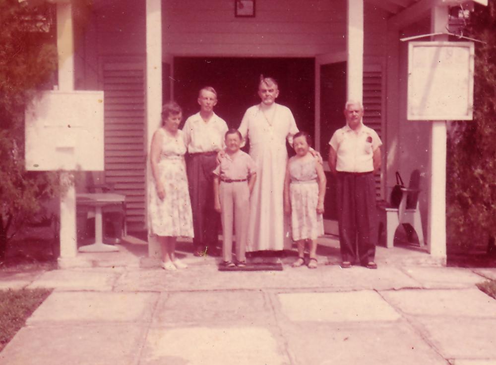 Слева направо: Раиса Кожевина, Евгений Кожевин, Иван Великанов, о. Федор Раевский, Мария Филина, неизвестный мужчина. 1961