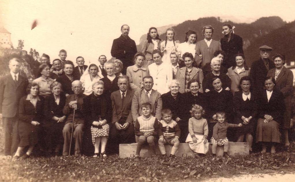 Группа ди-пи в лагере для перемещенных лиц в Куфштайне. Крайние слева в 1-м ряду Кожевины – Евгений (стоит) и Раиса (сидит).
