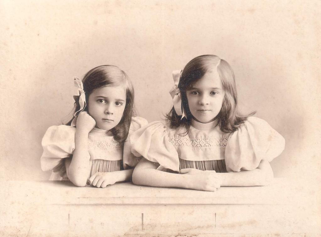 Раиса и Нина  Брешко-Брешковские. Ок. 1904 г.