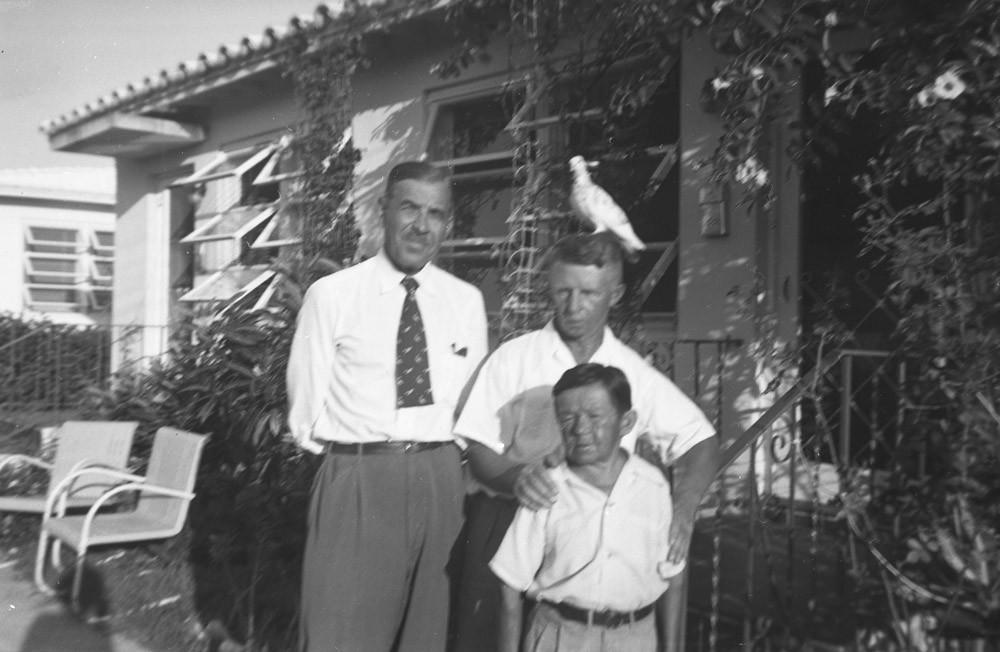 Слева направо: неизвестный мужчина, Евгений Кожевин, Иван Великанов. 1953
