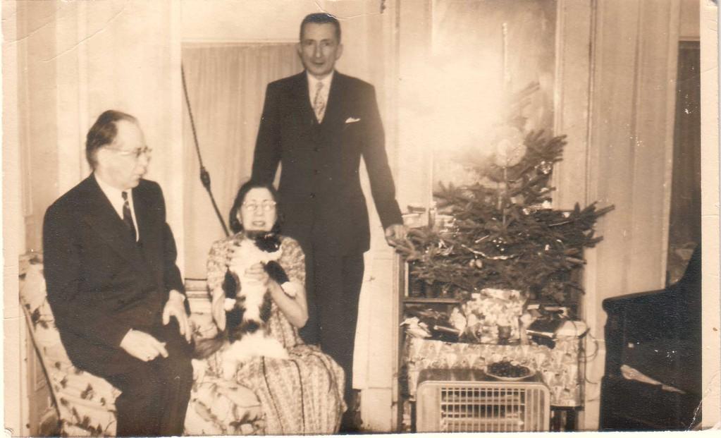Константин и Алина Кожевина в своей квартире с друзьями. 1950-е гг.