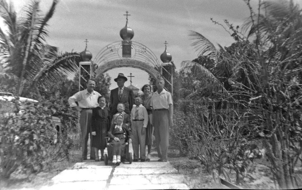 В первом ряду, на инвалидной коляске Пелагея Великанова, во втором ряду: Мария Филина, Иван Великанов, Василий Филин. В третьем ряду справа:  Раиса и Евгений  Кожевины. 1958 г.