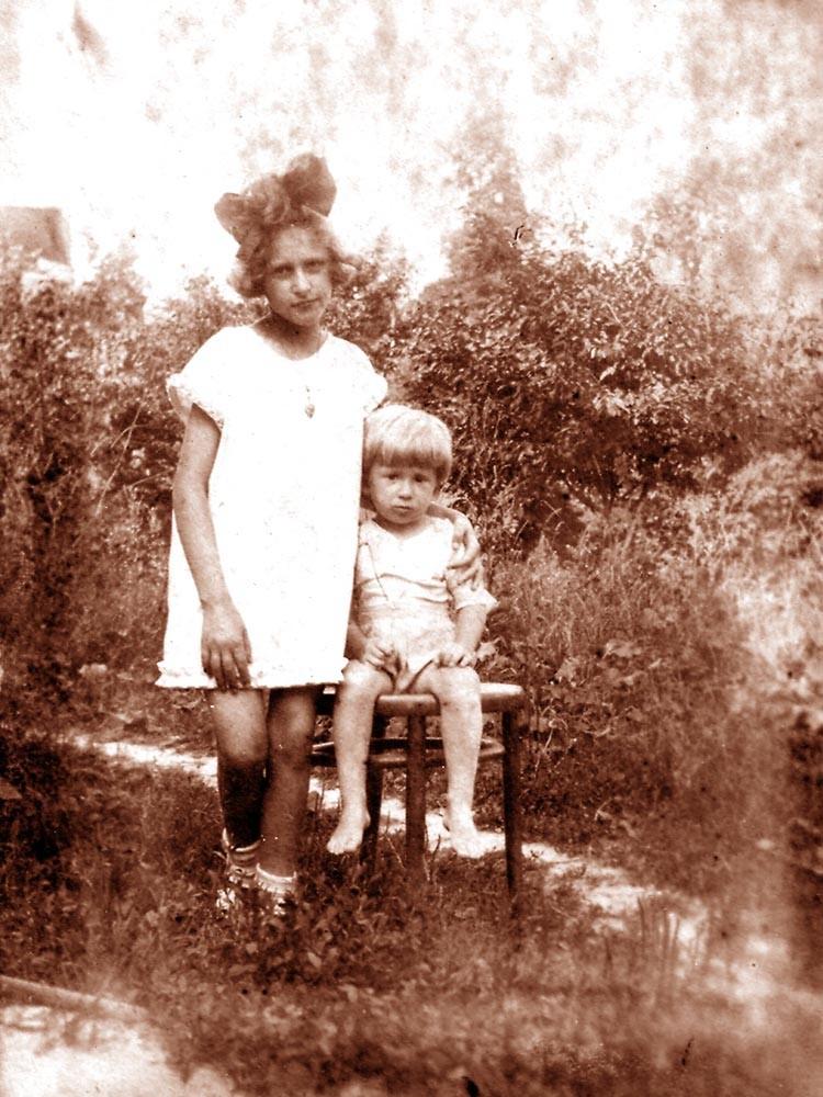 Мирик с девочкой. Киев, 1925 г.