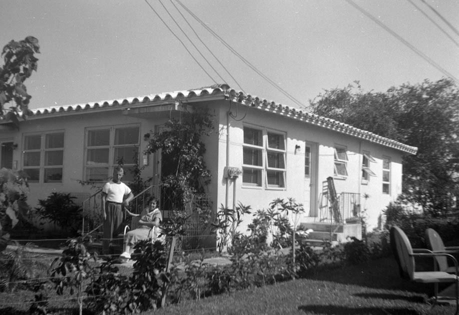 Раиса и Евгений Кожевины у своего дома. Майами,1953