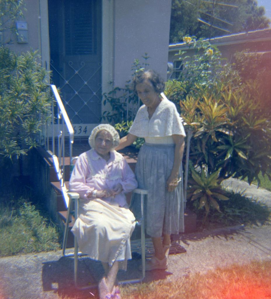 Раиса Кожевина с неизвестной пожилой женщиной. Конец 1960-х - начало 1970-х г.г.