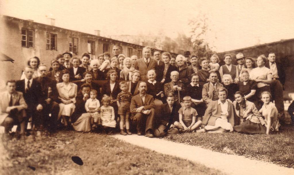 Группа ди-пи в лагере для перемещенных лиц в Куфштайне. В первом ряду 2-й слева – Евгений Кожевин, 9-ая слева – Раиса Кожевина.