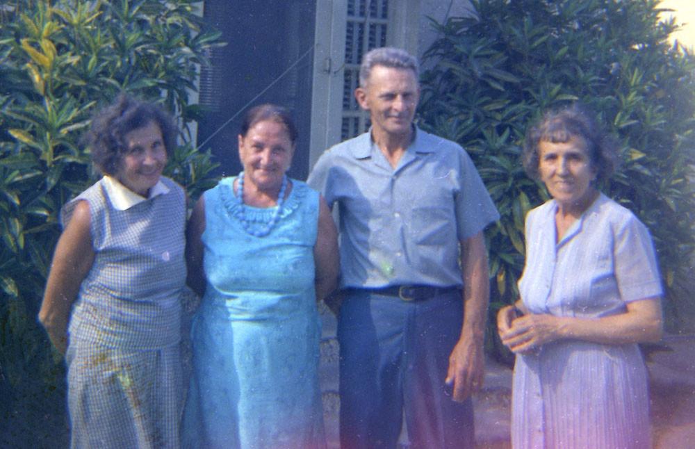 Слева направо: неизвестная женщина, Лидия Дельден, Алексей Владимирович Дельден, Раиса Кожевина. Конец 1960-х - начало 1970-х г.г.