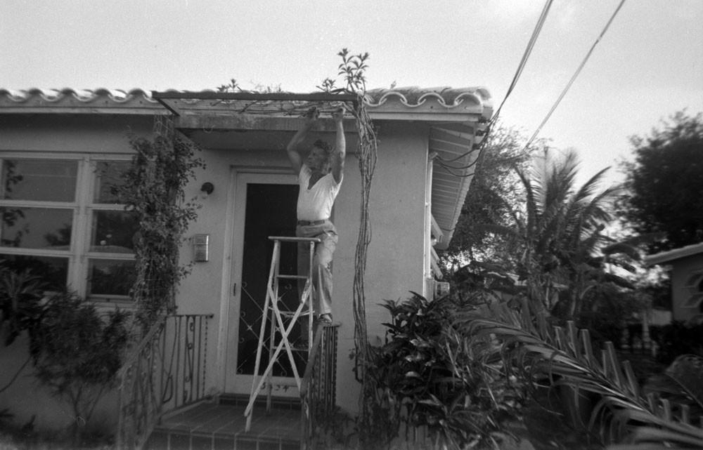 Евгений Кожевин у своего дома. 1956 г.