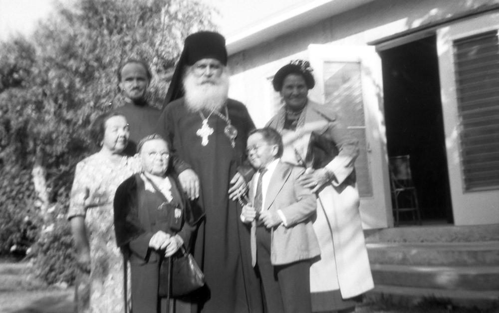 Слева направо: Мария Филина, о. Павел Шамильский, Пелагея Великанова, архиепископ Никон, Иван Великанов